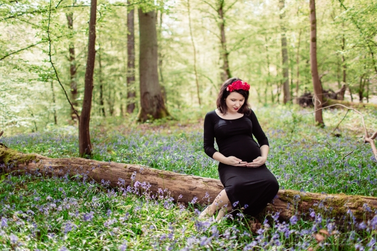 photos de grossesse dans les fleurs