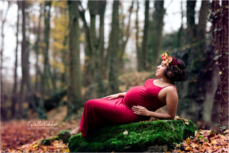 séance photo de grossesse poétique en forêt