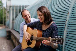 séance photo couple avec une guitare