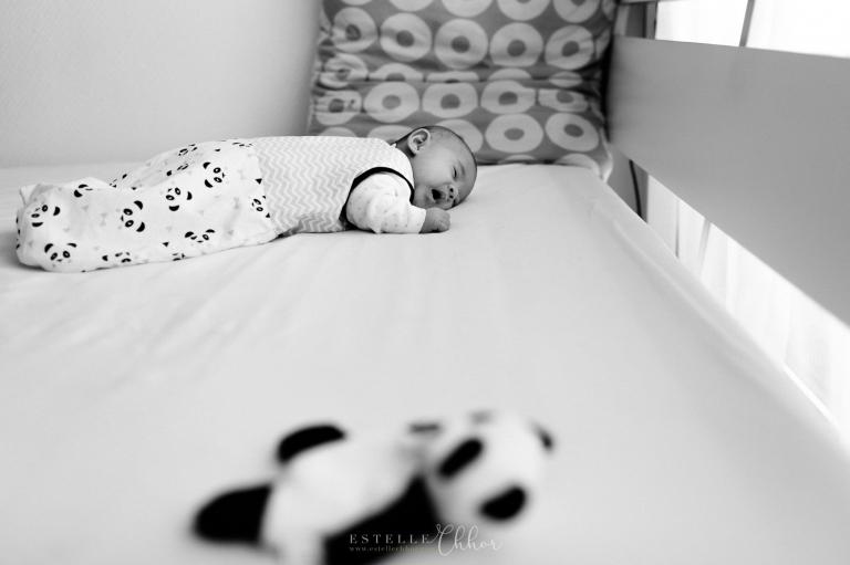 bébé qui dort dans une turbulette panda