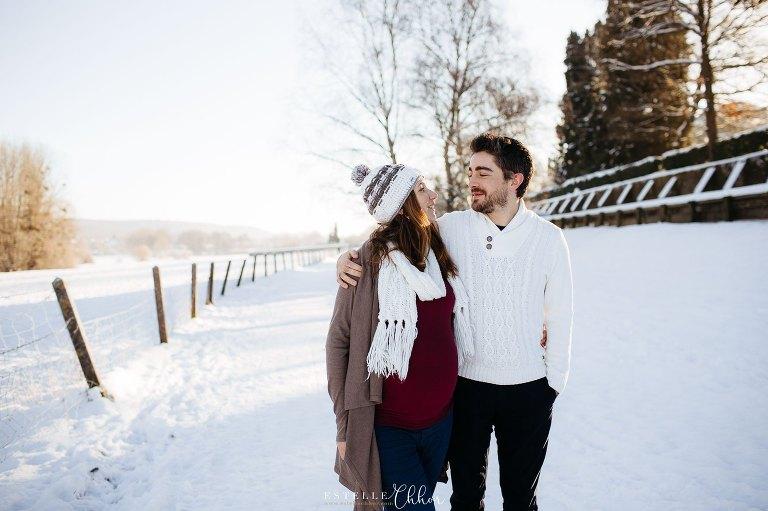 séance photo de grossesse originale en hiver