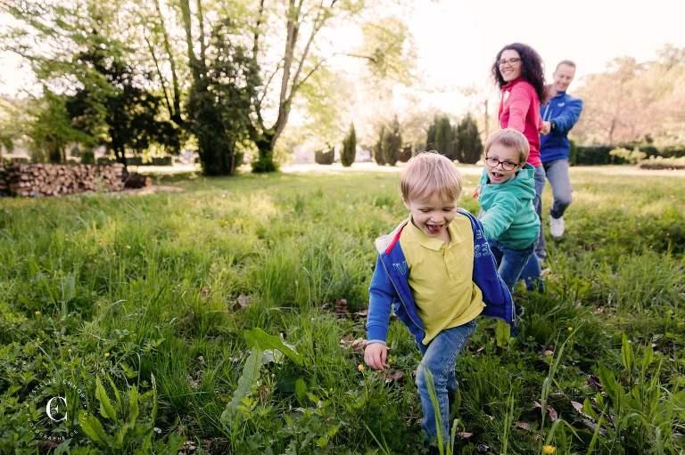 séance photo famille colorée en extérieur
