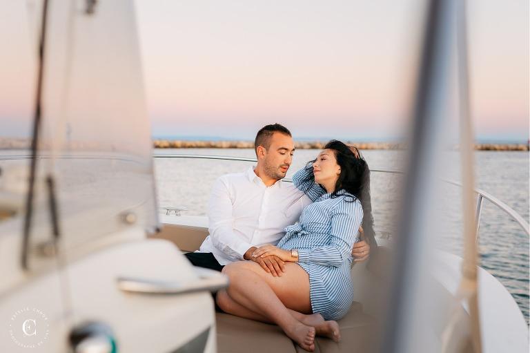 séance photo grossesse sur un bateau