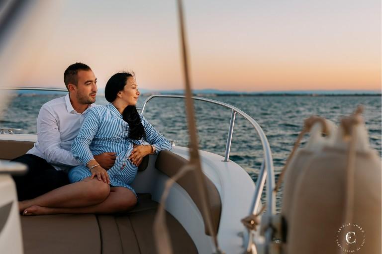 photos de grossesse en mer sur un bateau